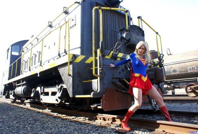cosplay-supergirl-stops-train.jpg.a974f608b91c5cf3a4b6acf72461de9c.jpg