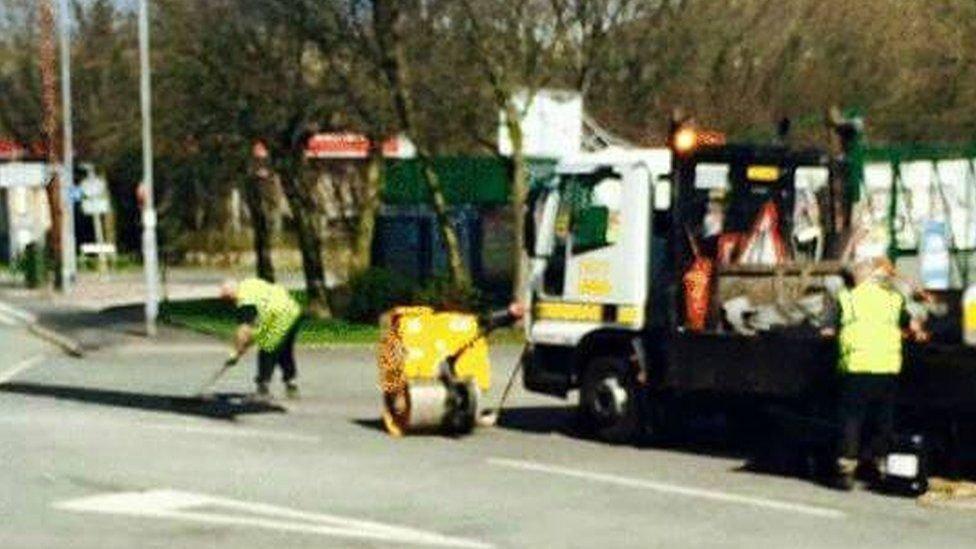 _82540012_roadworkers.jpg